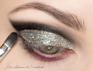 "The upper part of the collapse of the eyelids clearly ""cut"" black, matte shadow."