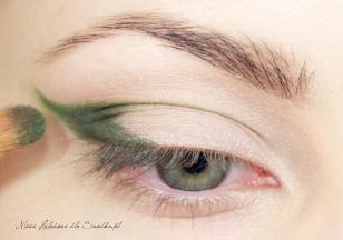 Zewnętrzny kącik oka zaznaczam ciemnozielonym cieniem. Nakładam go w granicach wcześniej narysowanego konturu.
