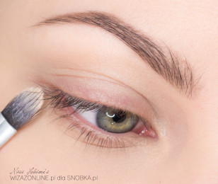 Podkreśl brwi. Na powieki nałóż bazę pod cienie - dzięki temu makijaż będzie odporny na ścieranie i pot.