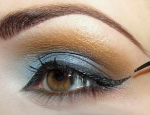 Na górnej powiece narysuj eyelinerem kreskę wyciągając ją ku górze. Kreska powinna być najcieńsza w wewnętrznym kąciku a najgrubsza w zewnętrznym. Przedłuż odrobinę wewnętrzny kącik.