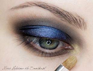 Wewnętrzny kącik oka dodatkowo zaakcentuj cieniem w kolorze starego złota.