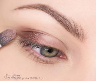 Zewnętrzny kącik oka przyciemnij burgundowym cieniem w kremie.