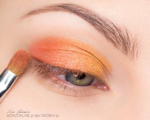 Zewnętrzny kącik oka wycieniuj pomarańczowo-różowym cieniem.