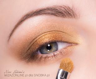 Wewnętrzny kącik oka rozjaśnij jasnym, połyskującym złotem.