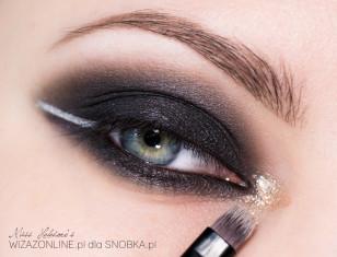 Wewnętrzny kącik oka pokryj cieniem imitującym folię.