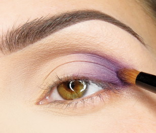 Wewnętrzny kącik ruchomej powieki i łuk brwiowy pokrywam matowym cienieniem w kolorze skóry, zewnętrzny kącik natomiast zaznaczam matowym fioletem