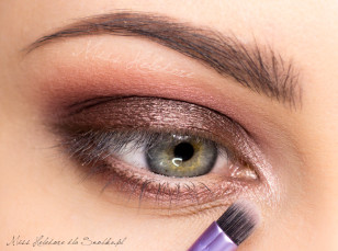 Kącik oka rozjaśnij jasnym, połyskującym cieniem.