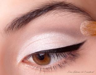 Na białą część powieki nakładam połyskujący, srebrny pigment – nie będzie on widoczny w świetle dziennym, jednak w blasku wigilijnych świec pięknie rozświetli oczy!