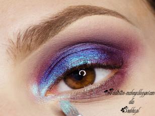 Wewnętrzną część i środek powieki rozświetlam turkusowo-niebieskim pigmentem (Femme Fatale Cosmetics Perspecto Illusion)