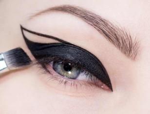 Utrwal eyeliner czarnym, matowym cieniem.