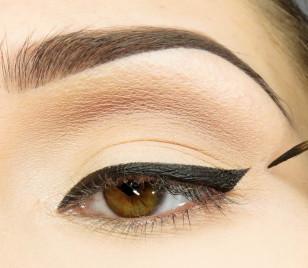 Wzdłuż linii rzęs rysuję kreskę czarnym eyelinerem, która kończy się równo z linią rzęs