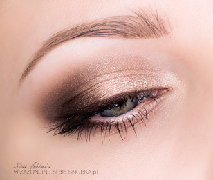 Wytuszuj rzęsy i co ważne, nie doklejaj sztucznych - w makijażu dziennym są one za ciężkie.