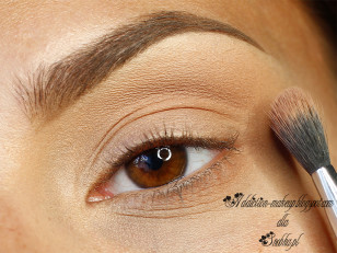 Załamanie powieki i połowę dolnej podkreslam jasnym, ciepłym, matowym brązem (Makeup Geek Creme Brulee)
