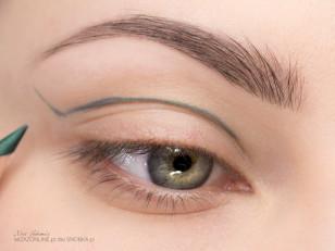 Wyznacz granice zieleni, poprzez narysowanie kreski kredką do oczu. Linię wyznaczy kształt Twoich oczu.
