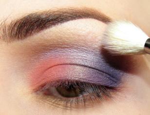 Fiolet powyżej załamania blenduję jasnym lawendowym cieniem wyciągając kolor delikatnie w górę.