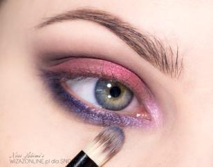 Wewnętrzny odcinek dolnej powieki pokryj stalowym cieniem, aby płynnie przechodził w kolor umieszczony w wewnętrznym kąciku oka.