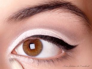 Białym, perłowym cieniem rozświetlam wewnętrzny kącik oka.