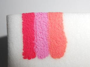 Gdy biały lakier już wysechł weź gąbkę do makijażu i namaluj na niej cienkie paski wybranymi przez siebie kolorami. Możesz wcześniej przyrównać gąbkę do płytki swojego paznokcia, aby wiedzieć jakiej długości i szerokości powinny być paski