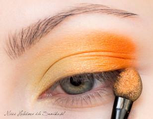 Zewnętrzny kącik oka wzmacniam metaliczną pomarańczą.