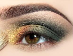 Złoty cień mieszam z kropelką specjalnego płynu, aby zyskał na intensywności i nakładam w wewnętrznym kąciku oka.