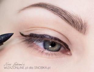 Wzdłuż górnej linii rzęs namaluj eyelinerem kreskę.