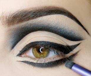 Postępuję jak z cieniowaniem górnej powieki, czyli najpierw rozcieram sam eyeliner…