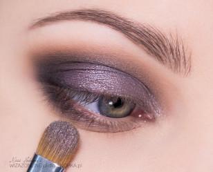 Na środek górnej powieki nałóż pigment w stalowym kolorze, opalizujący na delikatny, wrzosowy fiolet.