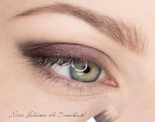 Na wewnętrzny obszar górnej powieki nałóż ciemny, śliwkowy kolor, a w wewnętrznym kąciku oka bladożółty, pastelowy cień.