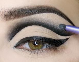 Przy użyciu małego sztywnego pędzelka rozcieram wstępnie eyeliner do góry; należy to robić dość szybko aby eyeliner nie zdążył zaschnąć