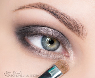 Wewnętrzny kącik oka rozświetl cielistym, połyskującym cieniem.
