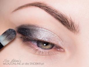 Zewnętrzny kącik oka przyciemnij czernią w kremie.