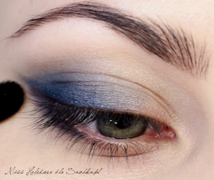 Powoli zaczynam budować makijaż oka. W zależności od tego, jak chcę wymodelować oko, operuję jasnym i ciemnym niebieskim matowym cieniem. Kolor dokładam powoli, by nie przeciążyć powieki i nie utrudnić rozcierania.