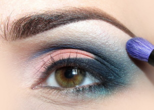 Aby wzmocnić przejście koloru powyżej załamania, rozcieram perłowym, błękitnym cieniem.