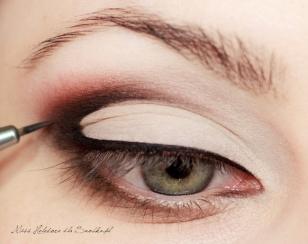 Czarnym eyelinerem maluję kreskę wzdłuż górnej linii rzęs i wyciągam ją w zewnętrznym kąciku oka tak, jak prowadzi kontur makijażu.
