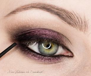 Czarnym kajalem zaznacz linię wody w oku oraz linię rzęs.
