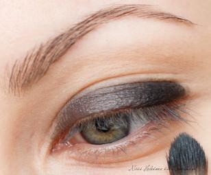 Na powiekę nakładam bazę pod cienie. Makijaż zaczynam od pokrycia całej ruchomej powieki, aż po załamanie, czarnym primerem Sleek.