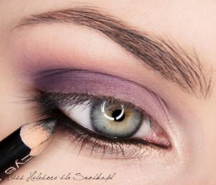 """Linię wody w oku maluję czarną kredką, a zewnętrzną część dolnej powieki staram się lekko """"przydymić"""" szarością."""