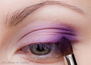 """Zewnętrzny kącik oka pokrywamy ciemniejszym fioletem, tworząc cieniem odwróconą literę """"c""""."""