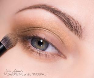 Dodatkowo przyciemnij zewnętrzny kącik oka jasnym brązem.