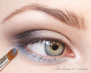 Dolną powiekę maluję błękitnym, perłowym cieniem.  Dolną granicę cienia rozcieram czystym pędzelkiem ołówkowym. Wewnętrzny kącik oka dodatkowo wzmacniam białym, perłowym cieniem.