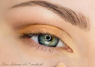 Wewnętrzny kącik oka rozświetl złotym cieniem.