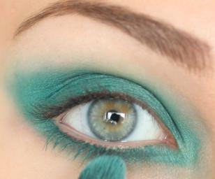 Dolną powiekę również pomaluj tym kolorem i rozetrzyj dookoła oka.