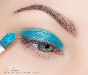 Podkreśl brwi przy użyciu ulubionej kredki. Następnie na środek górnej powieki nałóż jasnoniebieski cień w kremie.