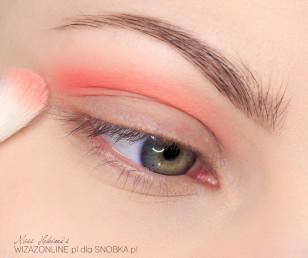 Załamanie powieki zacznij cieniować mocnym, pomarańczowym cieniem.