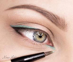 Możecie nieci przyciemnić czarny cień, ja dodałam odrobinę, by był wyraźniejszy. W kolejnym kroku dodam na niego czarny eyeliner, jednak przed tym nakładam w wewnętrznym kąciku turkusowy cień.