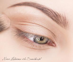Powiekę pokryj bazą a następnie na ruchomą część powieki górnej nałóż jasny, satynowy cień w kolorze cielistym.