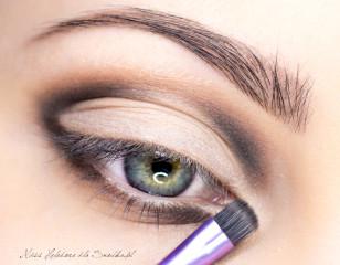 Czernią zaakcentuj też wewnętrzny obszar oka.