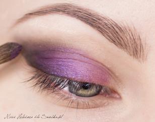 Na środek powieki nałóż opalizujący, wzrosowo-fioletowy cień. W zewnętrznym kąciku powienie zachodzić na czerń.