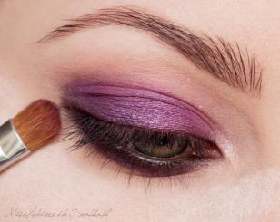 Wzmacniam kolor na powiece, nakładając na niego metaliczny, purpurowy cień. To samo robię z dolną powieką.