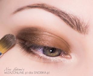 Zewnętrzny kącik oka przyciemnij ciemnobrązowym pigmentem.
